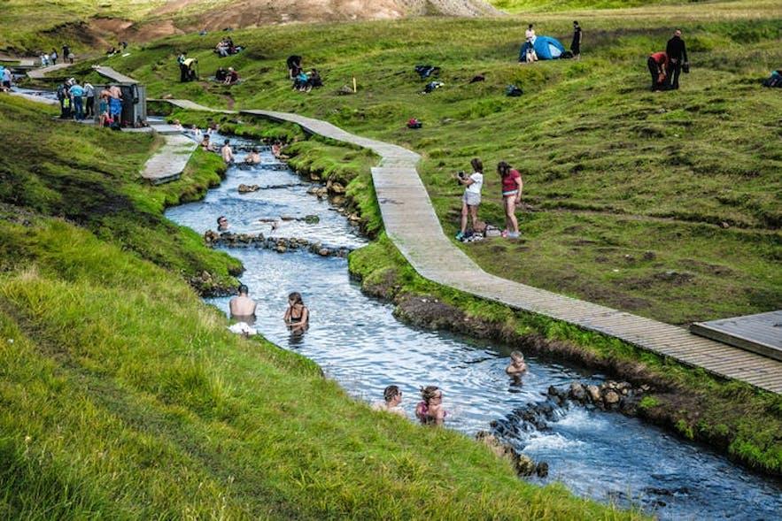 川に流れる温泉、レイキャダルル