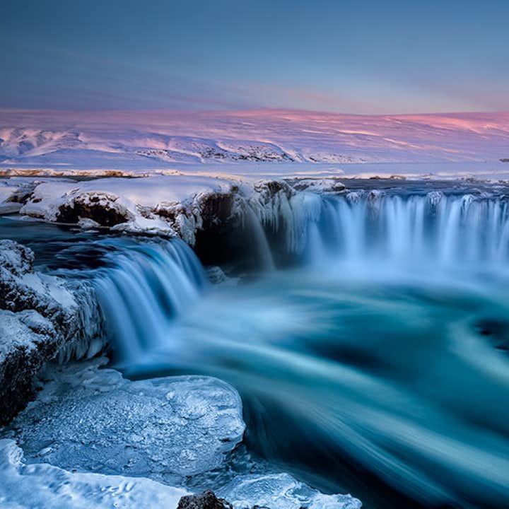 被冰岛冬日的阳光照耀的众神瀑布Goðafoss