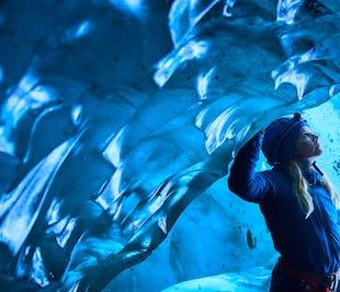スカフタフェットル発 氷河ハイキングと氷の洞窟探検(健脚者向け)