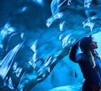 Gletscherhöhlen und Wandern sind aufregende Möglichkeiten in Island.