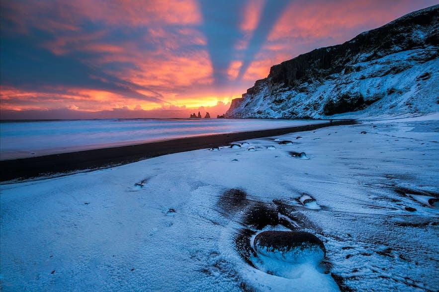 Un coucher de soleil d'hiver peint le ciel orange et rose brûlé.