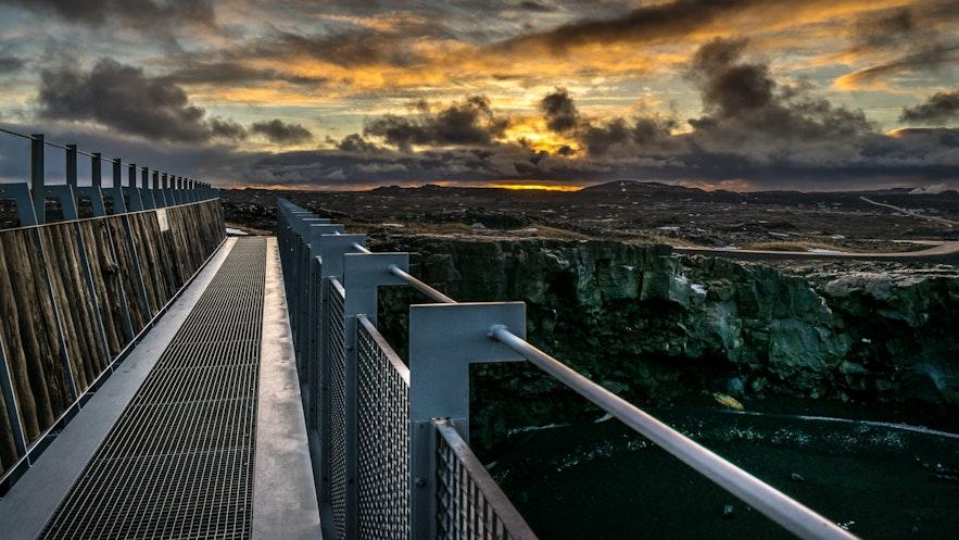 冰岛夏季午夜阳光下的横跨两大洲之桥,周围是雷克雅内斯半岛的开阔熔岩原