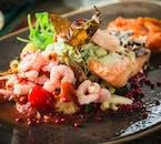 Pikantny talerz z łososiem, krewetkami i warzywami z słynnej islandzkiej restauracji Thrastalundur