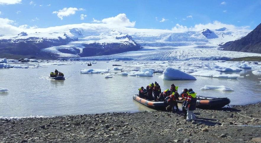 Boat tours going onto Fjallsárlón glacier lagoon.