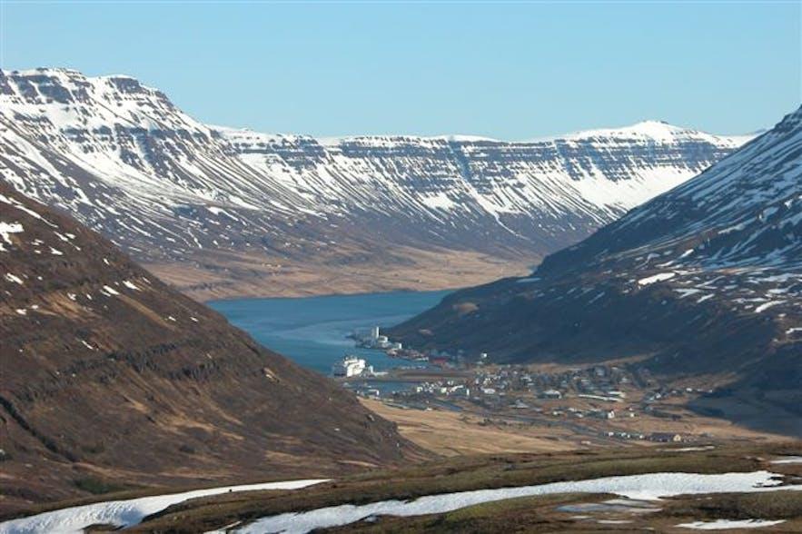 冰岛东部的美丽塞济斯菲厄泽小镇