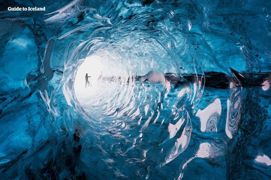 Wnętrze błękitnej jaskini lodowej na Islandii.