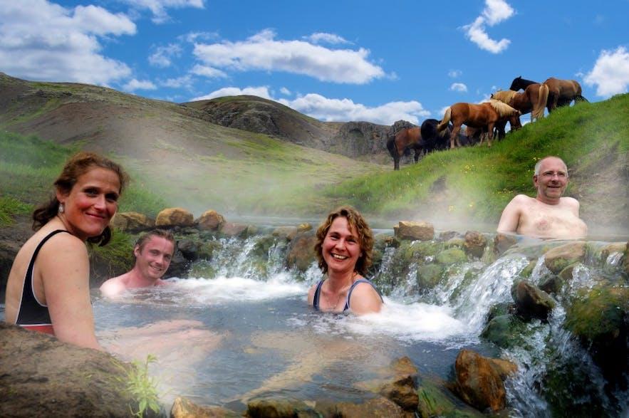 Kąpiel w gorącej rzece Reykjadalur na Islandii.