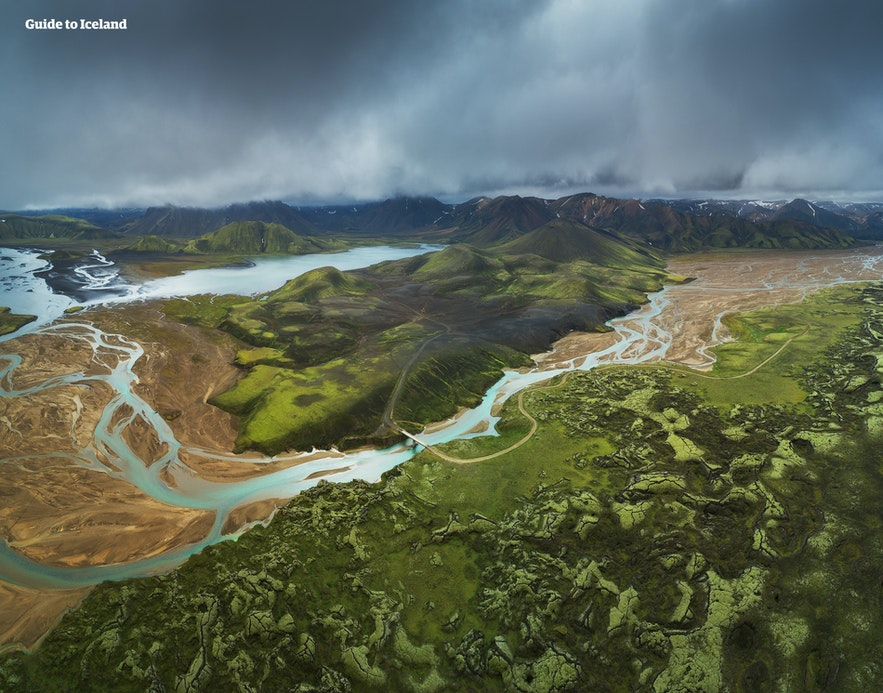 Widok na islandzki interior, kolorowe góry Landmannalaugar.