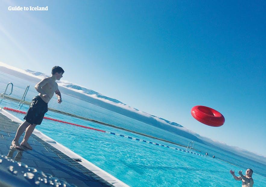 Słoneczny dzień na basenie w Hofsos.