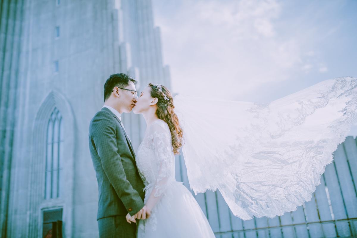 美丽的婚纱头纱飘扬在雷克雅未克哈尔格林姆斯大教堂前
