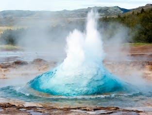 El géiser Strokkur entrando en erupción en el valle de Haukadalur, en el Círculo Dorado.