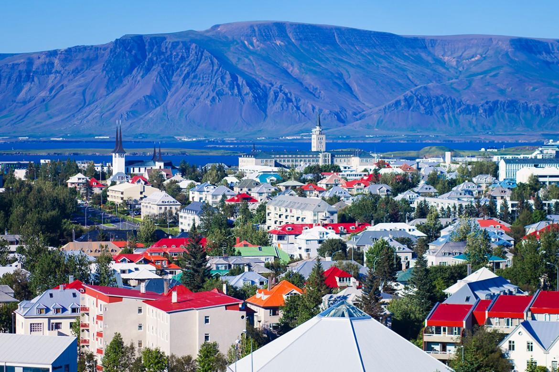 从Öskjuhlíð山顶俯瞰冰岛首都雷克雅未克的夏日景色