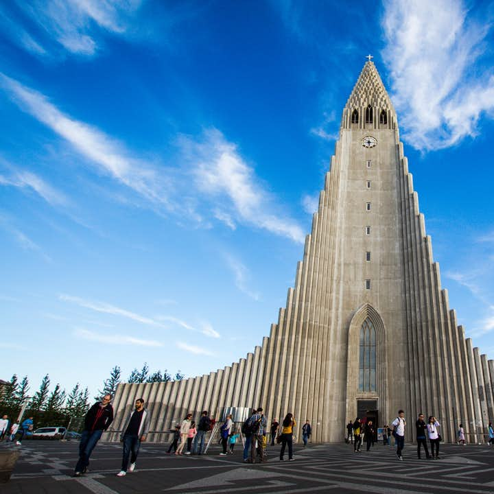 冰岛首都雷克雅未克地标哈尔格林姆斯大教堂(Hallgrímskirkja)的外形设计灵感来源于冰岛常见的六角形玄武岩石柱