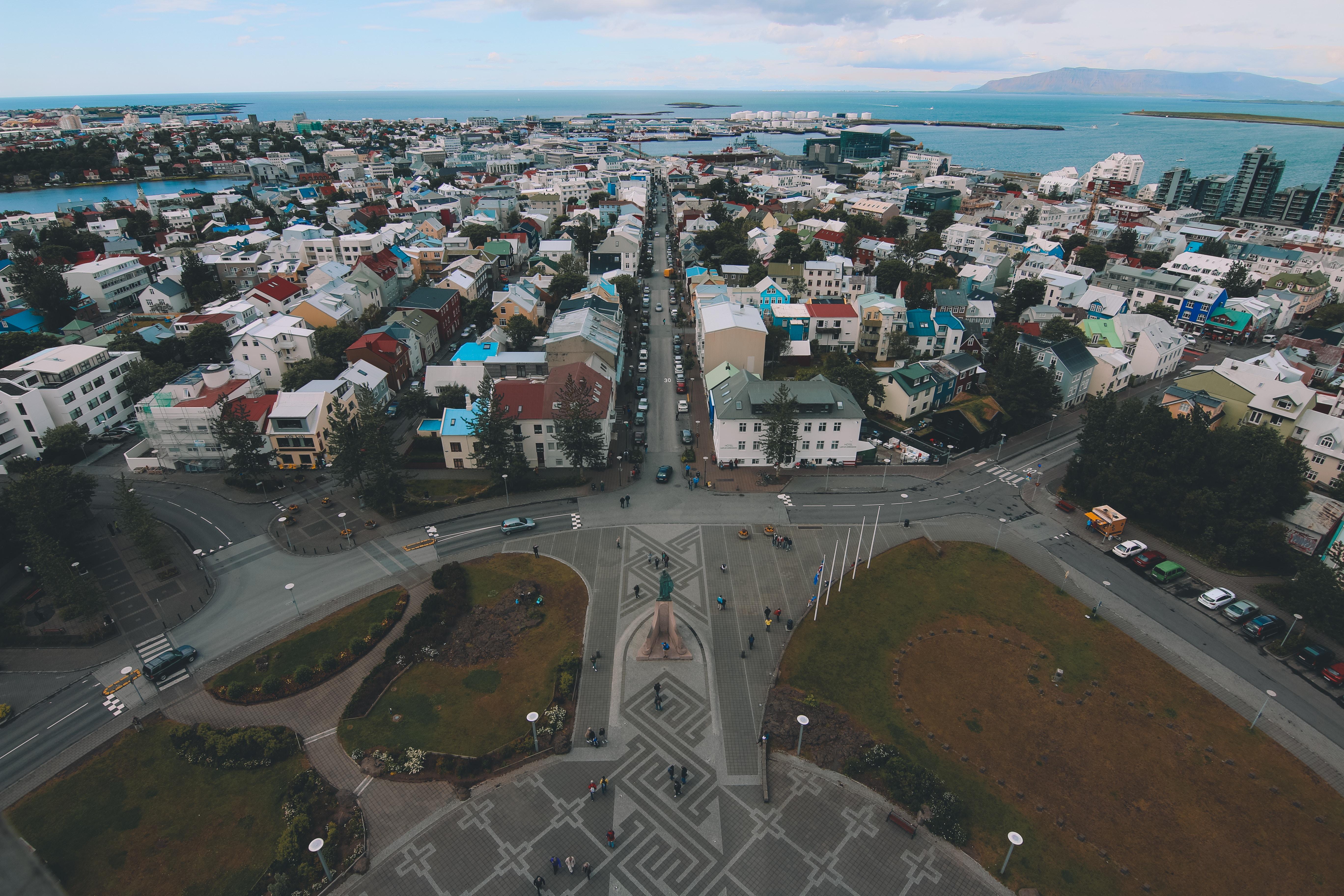 Utsikt mot plassen nedenfor Hallgrímskirkja kirketårn og handlegaten Skólavörðustígur.