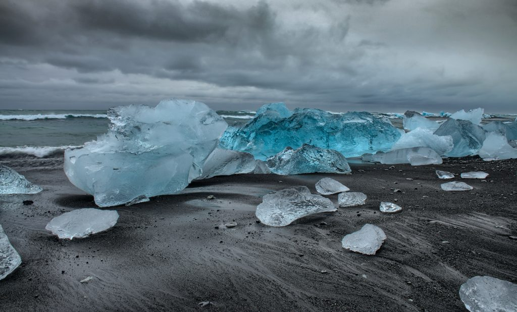 杰古沙龙冰河湖旁的钻石冰沙滩有着梦幻般的美