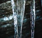 Les rayures du chemin de l'eau autour du glaçon sont visibles, même après que tout soit gelé.