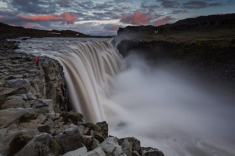 Najpotężniejszy wodospad w Europie Dettifoss głośno uderza w kanion Jökulsárgljúfur.