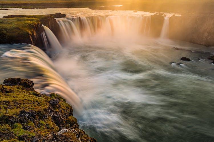La cascade de Goðafoss, d'une hauteur de 12 mètres mais large et à fort débit, offre une vue magnifique, quelle que soit la saison.