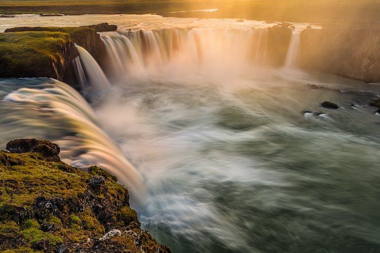 Водопад Годафосс, высотой всего 12 метров, но мощный и полноводный, представляет собой потрясающее зрелище.