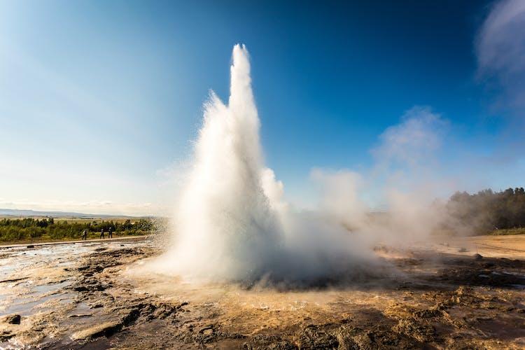 Гейзер Строккур выбрасывает кипящую воду высоко в воздух.