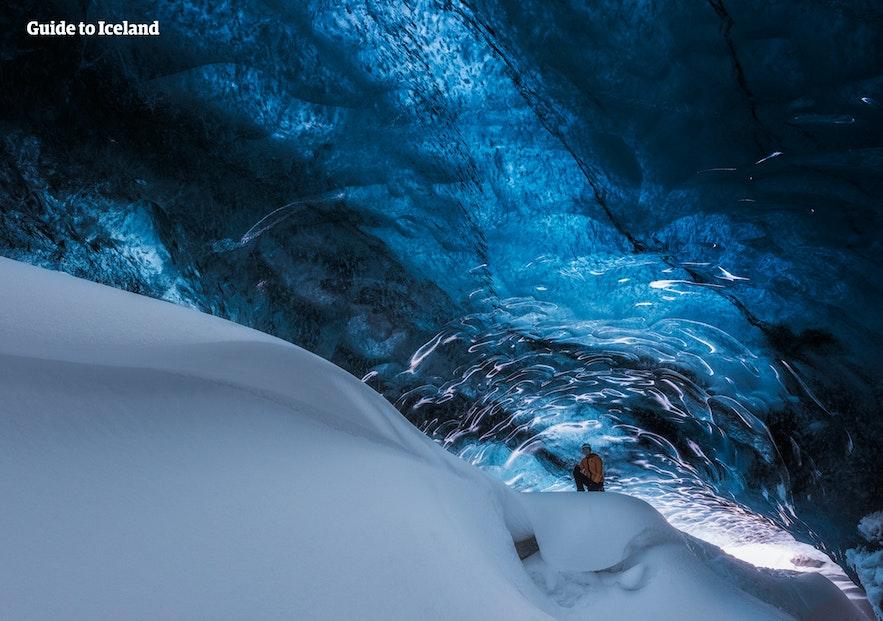 深冬的蓝冰洞每天只发良伴,为了配合冬季短暂的白昼