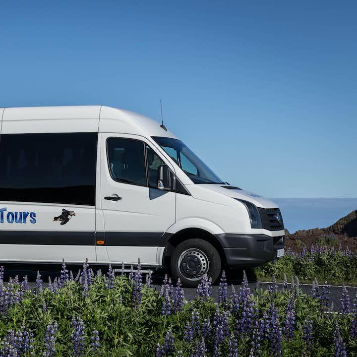 乘坐舒适的小巴是游览冰岛西人群岛赫马岛的最佳方式