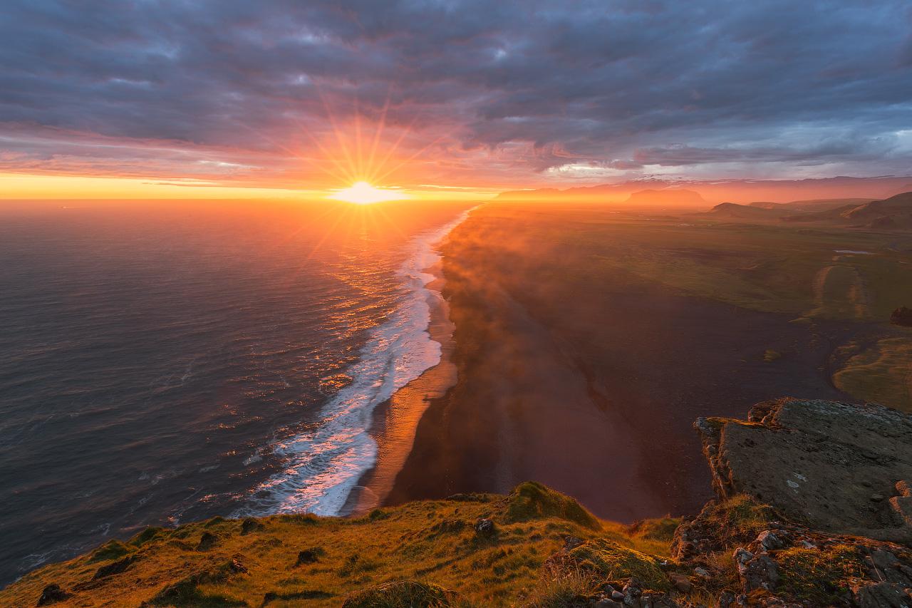 俯瞰冰岛南部维克镇附近的迪霍拉里海岬Dyrhólaey