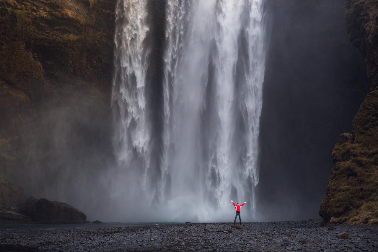 アイスランド南海岸のスコゥガフォスの滝、舞い上がる水しぶきが虹を描くこともある