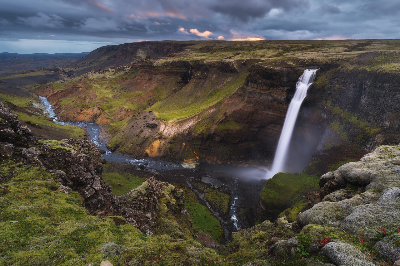 一名专业的摄影师正在冰岛高地拍摄迷人的瀑布和山谷