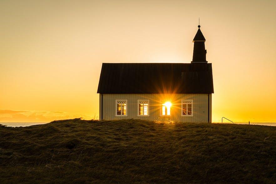 夕阳中的冰岛Strandarkirkja教堂,展现着自然的神迹