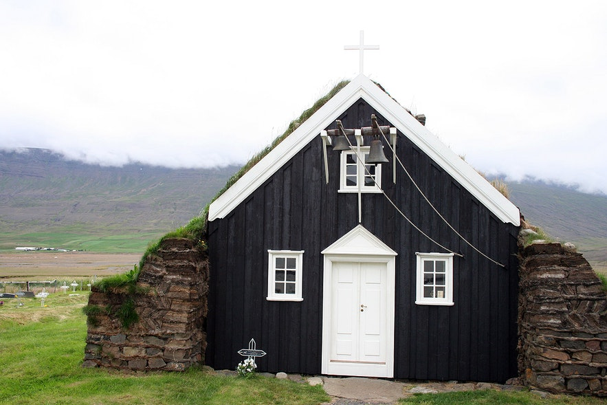 Saurbæjarkirkja教堂位于冰岛北部的埃亚峡湾