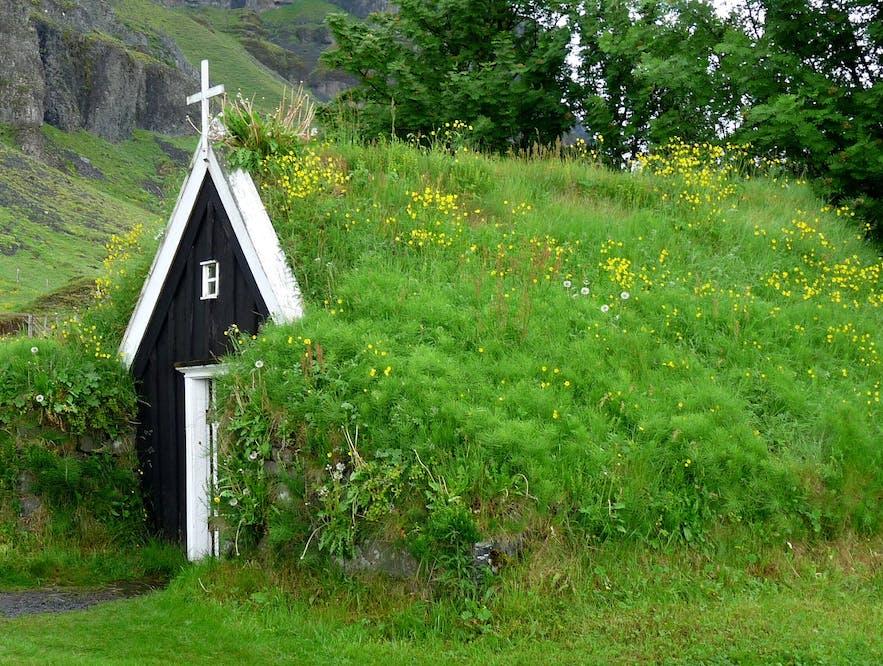 Núpsstaðarkirkja是冰岛最小的草顶教堂