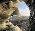 ミールダルスヨークトル氷河の洞窟内から見たアイスランドのハイランド地方