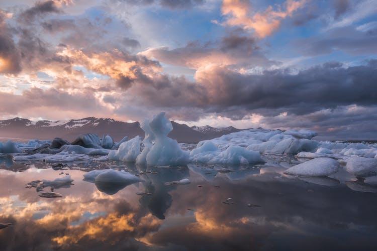 스카프타펠 자연보호구역에 위치한 요쿨살론 빙하호수는 항상 변하면서 멋진 엽서사진의 한 장면을 만듭니다.