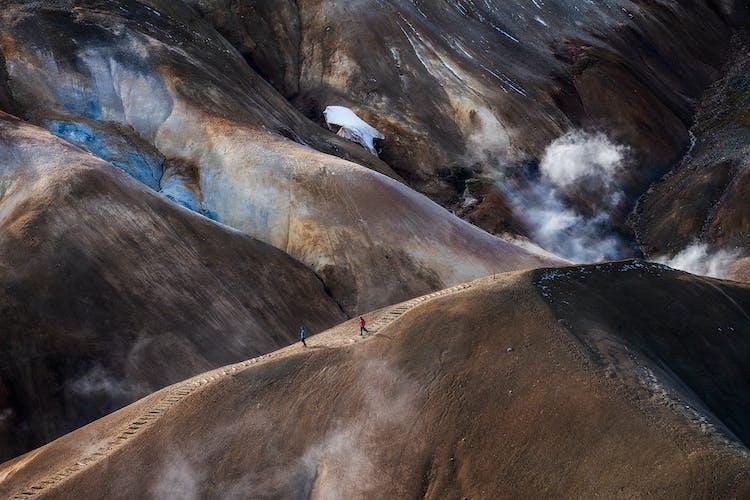 Eine blaue heiße Quelle im isländischen Hochland
