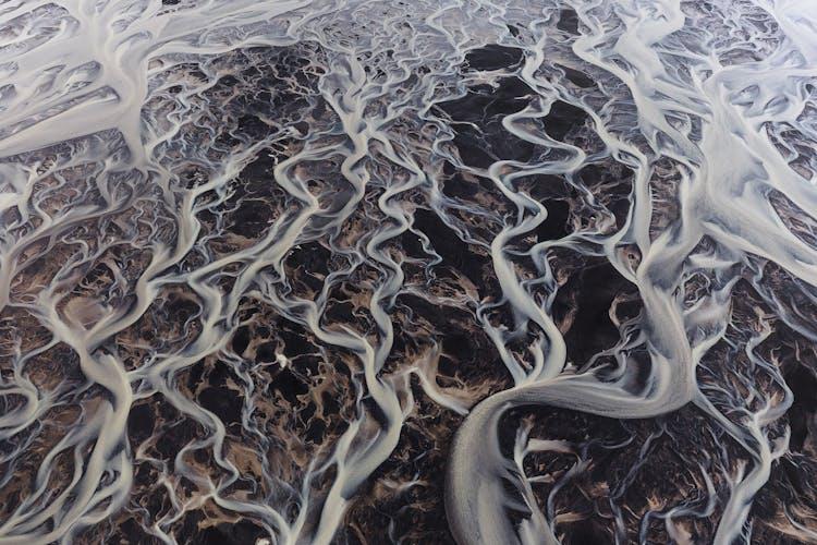 Une rivière serpentant à travers les hauts plateaux islandais.