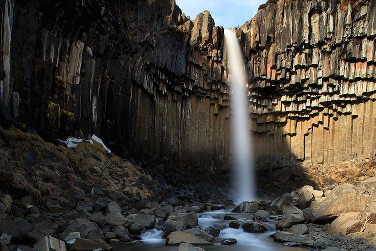Svartifoss, «la cascade noire» dans la réserve naturelle de Skaftafell.