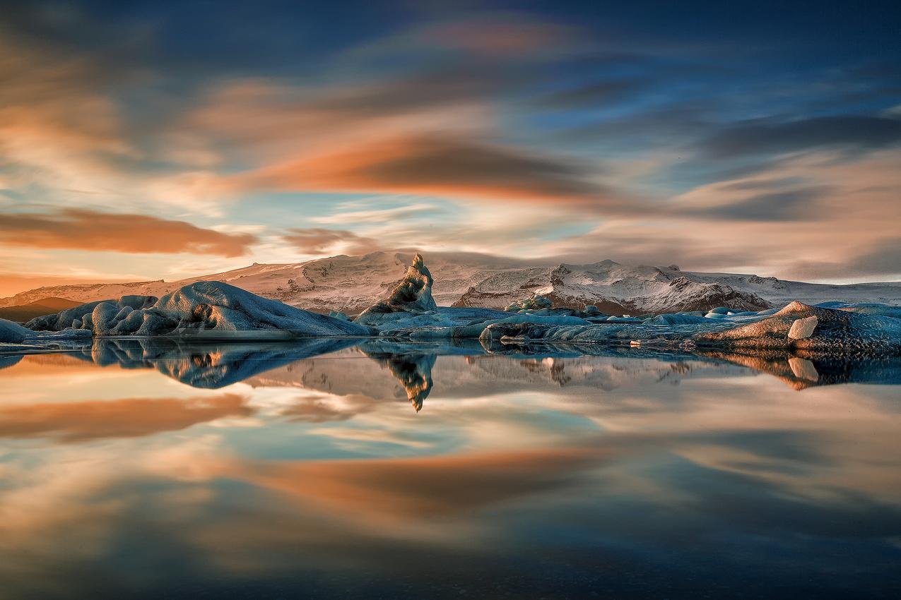 Laguna Jokulsarlon skąpana w ciepłym słońcu podczas białych nocy na Islandii.