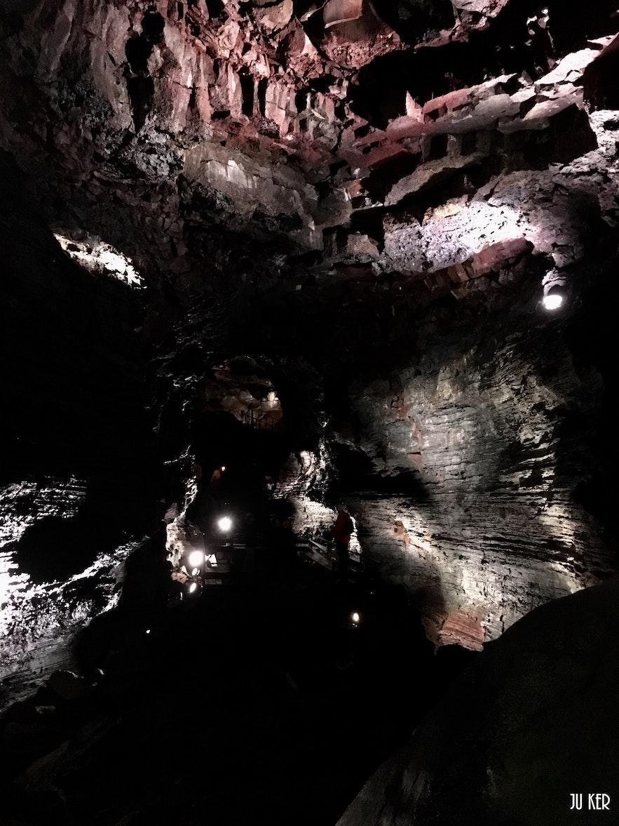 Raufarhólshellir : experience an adventure in a lava tunnel !
