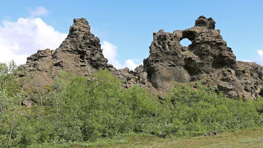 位于米湖地区的黑暗城堡Dimmuborgir拥有许多造型怪异的岩石