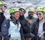 Grupa wędrująca po lodowcu na Islandii, która wyjechała z Reykjaviku.