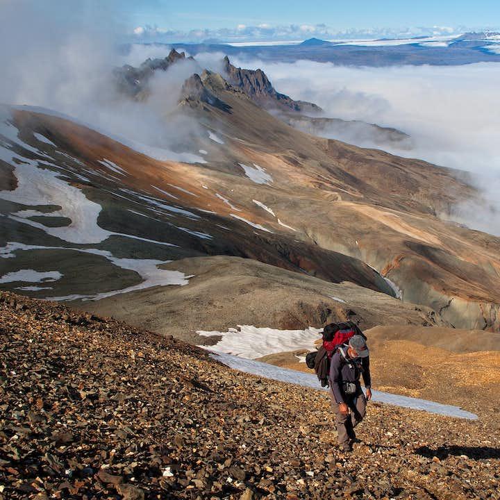 在冰岛中央内陆高地的流纹岩山脉间徒步