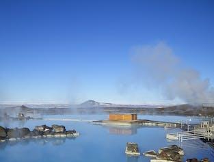 冰岛北部米湖天然温泉的蔚蓝温暖泉水