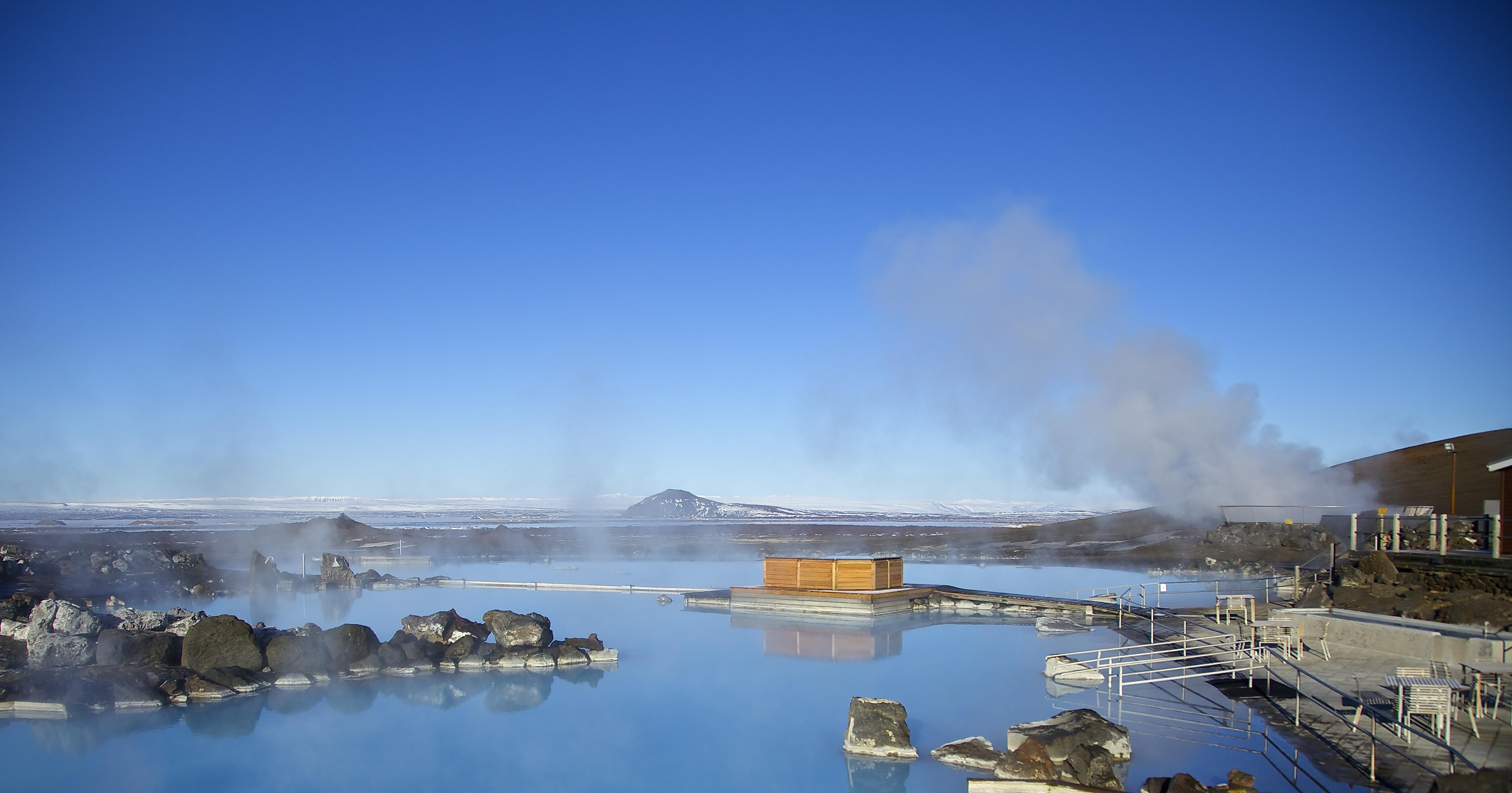 Det azurblå vattnet i naturbadet i Mývatn är välkomnande och varmt.