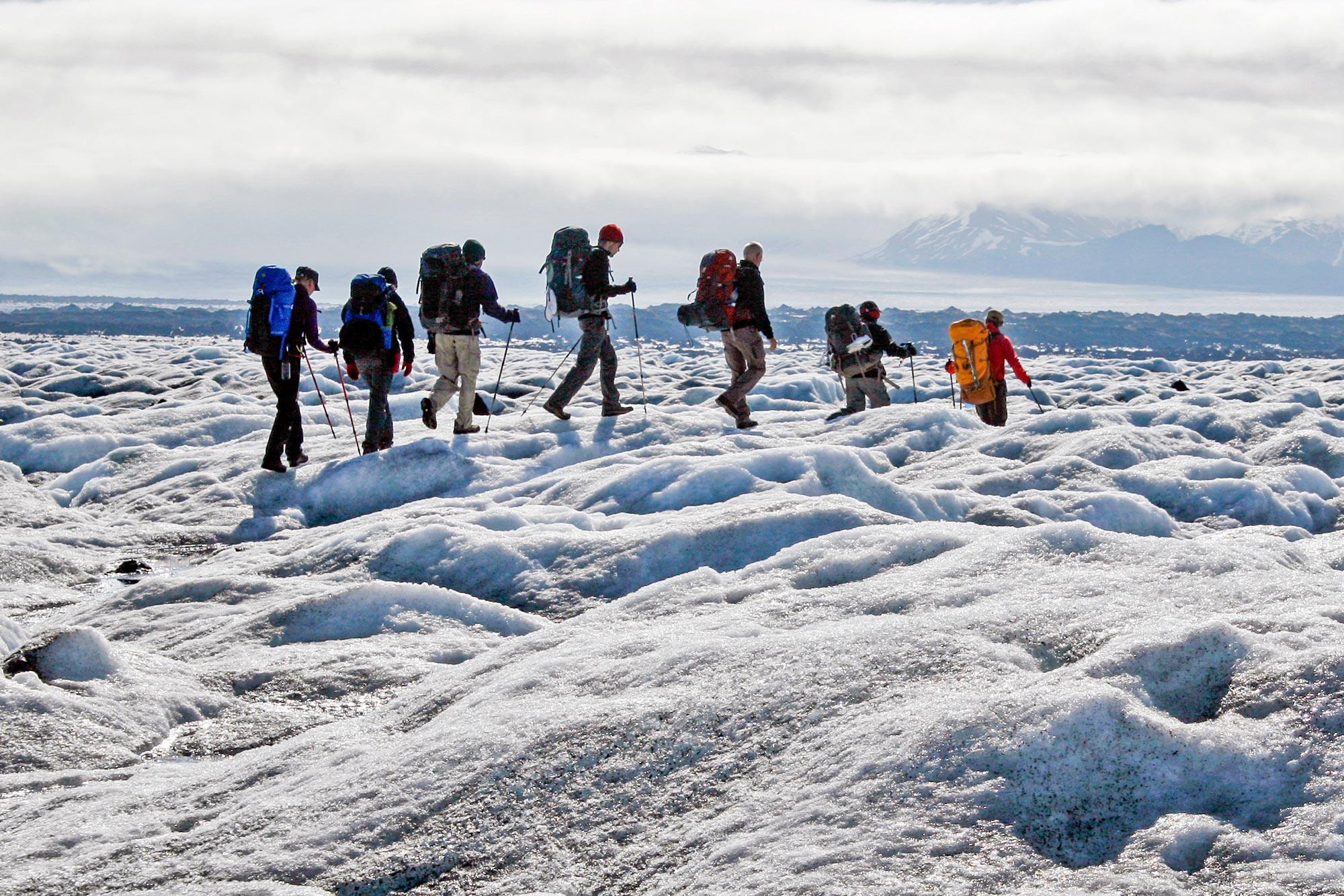 翻越冰岛南岸Skeidararjokull冰川的徒步旅行家