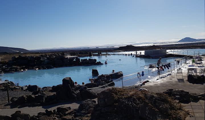 Een geweldig uitzicht over de kale lavavelden nabij de natuurbaden. Noord-IJsland.