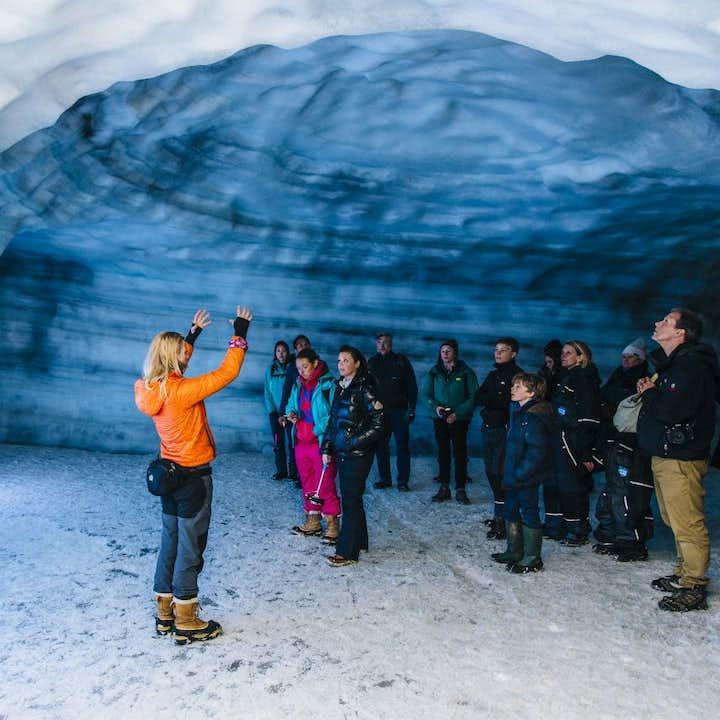 A l'intérieur d'un glacier   Tunnel de glace au Langjökull