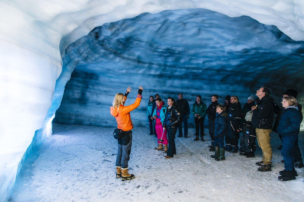 Gidsen laten je de wonderen van de ijstunnel zien.