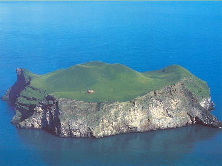 Sebuah rumah dibangun di tengah Pulau Ellidaey.