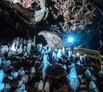 Stalagmites dans la grotte de lave de Víðgelmir, brillant dans la lumière tamisée.
